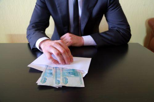 Как зависит наказание за взятку от суммы